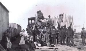 Ouvriers prenant la pose devant un wagon